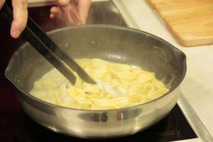 Выпарить до загустения соуса. Выложить в тарелку, украсить гребешками и зеленью.
