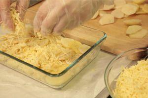 Чередовать картофель - сыр, пока картофель не закончится. Затем смешать сливки и молоко, залить этой смесью картофель. Посыпать последний слой тимьяном и сыром.