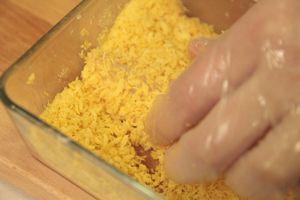 Яйцо взбить с солью, перцем. Треску обвалять в муке, затем в яйце,затем в темпурной панировке. Обжарить на разогретой сковороде с оливковым маслом, по 2-3 минуты с каждой стороны.