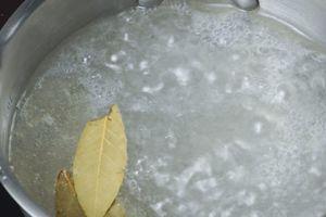 Довести рассол до кипения, помешивая, чтобы соль растворилась.  Остудить до комнатной температуры.