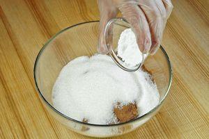 Смешайте в глубокой чашке муку, какао, сахар, соль и разрыхлитель.