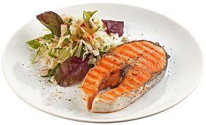 Подайте готовый стейк с легким овощным салатиком.