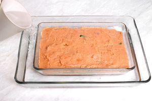 Выложить последним слоем оставшийся фарш из красной рыбы. Поставить противень с террином в форму большего размера с водой. Запечь в разогретой до 180С духовке 50-60 минут.