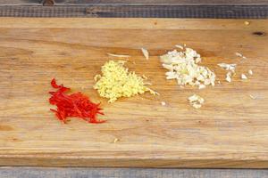 Имбирь и чеснок мелко порубить, перец чили нарезать соломкой.
