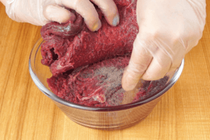 Замариновать в смеси растительного масла, соли, перца и можжевеловых ягод.