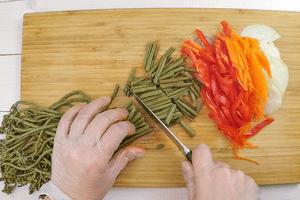 Лук, морковь и перец нарезать соломкой, папоротник нарезать на части 3-4 см.