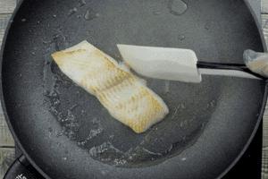 Рыбу разморозьте естественным способом на нижней полке холодильника. Нарежьте на порционные куски ~150г. Обсушите бумажным полотенцем. Сковороду разогрейте, рыбные стейки обжарьте на небольшом количестве растительного масла до золотистого цвета (примерно по 1 минуте с каждой стороны). В конце посолите, поперчите, снимите с огня