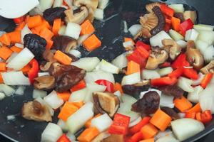 Овощи обжарить на разогретой с растительным маслом сковороде, до золотистого цвета.