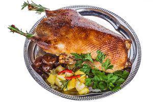 Для гарнира можно подготовить яблоки в карамели, инжир  и зелень. Перед подачей на стол, не забудьте удалить нитку, которой зашивали птицу.