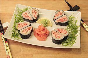 Размороженное мясо краба нужно смешать в тарелке с японским майонезом и икрой Тобико. Огурцы нарезаем очень тонкими пластинками.