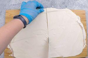 Готовое слоеное тесто раскатать толщиной примерно 5 мм.