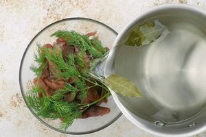 Залить икру подготовленным рассолом. Убрать в холодильник на 12-14 часов.