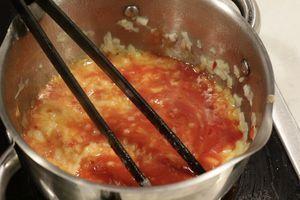 Лук репчатый нарезать мелким кубиком. Обжарить в кастрюльке с сливочным маслом до золотистого цвета. Добавить к луку смесь кетчупов, посолить, поперчить по вкусу.