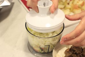 Приготовить фарш: Разморозить грибы. Замочить хлеб в молоке на 10 минут. Яблоки и лук взбить в блендере, добавить зеленый лук и еще раз прокрутить.