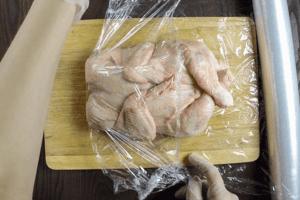 Фаршированную курицу завернуть в пищевую пленку или марлю, завязать кончики веревкой.