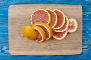 Апельсин нарезать кружочками.