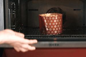 Выпекать в разогретой до 200С духовке 10 минут, затем убавить температуру до 180С, прикрыть фольгой и готовить еще минут 15-20. Снять фольгу и довести пирог до готовности еще минут 15.