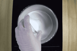 На плиту поставить глубокую кастрюльку, влить сливки 300г, добавить  сахар, кокосовую стружку.