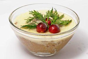 Переложить паштет в вазочку. Растопить сливочное масло и залить сверху паштет, охладить в холодильнике 15-20 минут. Украсить на свой вкус, например, ягодками клюквы и зеленью