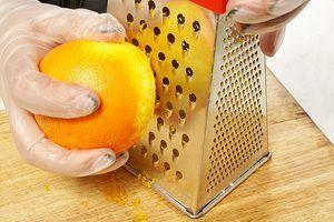 Пока поднимается тесто. Натрите на крупной терке цедру апельсина