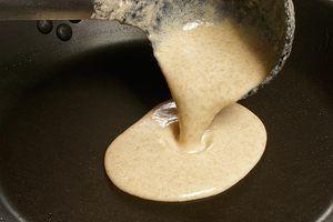 На разогретую с растительным маслом сковороду налейте порцию блинчика
