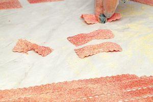 """Из готового теста можно вырезать волнистые полоски пасты или сделать небольшие """"бантики""""."""