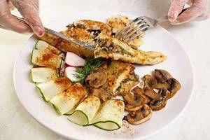 Готовую рыбу выложить на украшенную зеленью и грибами тарелку. Не забудьте вынуть зубочистки!!
