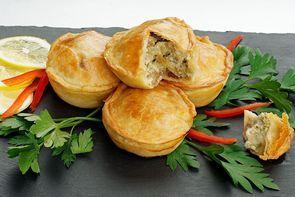 Мини-пироги с мясом козленка в сливочном соусе