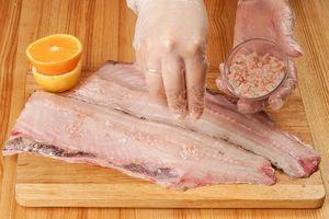 Филе рыбы посолить.