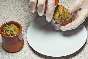 Готовые кексы посыпьте сахарной пудрой, украсьте ягодами