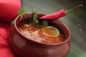Готовый суп разлить по тарелкам, украсить перчиком чили, зеленью.