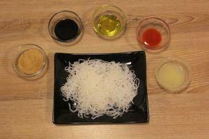 Спагетти ширатаки освободите от упаковки, слейте рассол. Опустите в кипящую воду на 2 минуты, слейте.