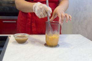 В мерный стакан разбить яйца. Влить соус, хорошо размешать, процедить через сито. В яичную смесь добавить масло, еще раз хорошо перемешать.