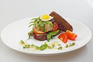 Украсьте жареным перепелиным  яйцом и свежими овощами