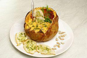 Можно подать суп в подпеченной тыкве, оформив подсушенными семечками и гренками