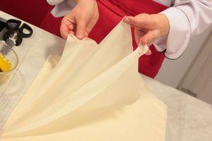 Тесто Фило разморозить при комнатной температуре за 2 часа до приготовления, не вскрывая упаковку. Затем аккуратно разобрать на отдельные листы.