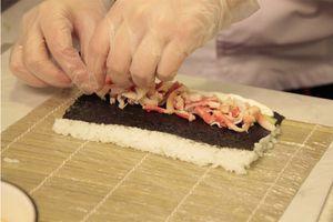Пока рис варится, сделаем соус. В кастрюлю влейте рисовый уксус, добавьте кусочек комбу, сахар и соль. Варите до тех пор пока сахар и соль не растворятся. Комбу можно удалить.