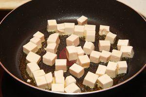 Нарезать творог тофу кубиками и обжарить их небольшом количестве кунжутного масла. Так же можно использовать уже готовый обжаренный тофу - инари.