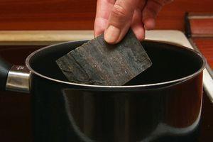 Приготовить  бульон даши из хлопьев тунца и водорослей комбу, так же можно добавить в бульон грибы шиитаки, предварительно замоченные в воде.