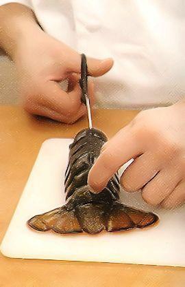 Примерно за 40 мин. до подачи замочите шафран в небольшом количестве бульона на 10 мин. Мелко нарежьте лук. Перцы очистите от плодоножки и сердцевины, нарежьте так же мелко, как лук. Измельчите чеснок и помидоры. Разогрейте в большой глубокой сковороде с толстым дном масло, положите лук и сладкий перец, обжаривайте на среднем огне до мягкости. 5 мин. Добавьте чеснок, готовьте еще 2 мин. Всыпьте рис, обжаривайте, помешивая, 5 мин.