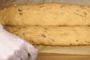 Выложить на противень в виде «батончиков», выпечь в разогретой до 160С духовке 30-35 минут до золотистого цвета.
