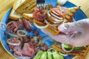 На ломтик хлеба выложите пластик огурчика, сверху строганину с луком. Или сбрызните рыбу соевым соусом, перемешайте и выложите на ломтик хлеба.