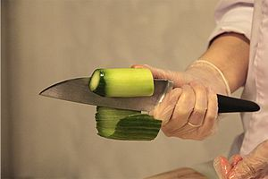 Разморозьте салат Чука и кальмара  на верхней полке холодильника. Тушки кальмара,  почистите и отварите в течение 3 минут в кипящей подсоленной воде