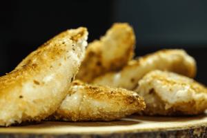 Готовые кусочки рыбы переложить на бумажное полотенце, чтобы стекли остатки масла.