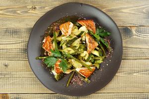 В центр тарелки выложить готовую овощную смесь, сверху украсить теплой рыбой.