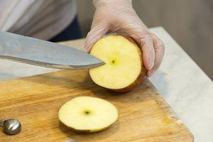 """Возьмите крупное яблоко, промойте. Отрежьте """"крышечку""""."""