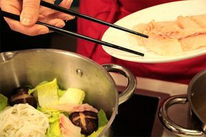 Грибы шиитаке, замоченные на ночь в воде, нужно вынуть из воды, снова залить свежей порцией воды и отварить 15-20 минут до мягкости.