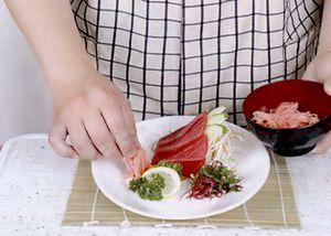 Поверх нарезанных овощей положите кусочки рыбы, смазанные васаби.