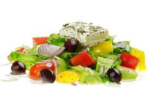 На овощи выложить брусок или кубики сыра, посыпать смесью трав.