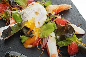 Свежий салат с мясом краба и яйцом пашот